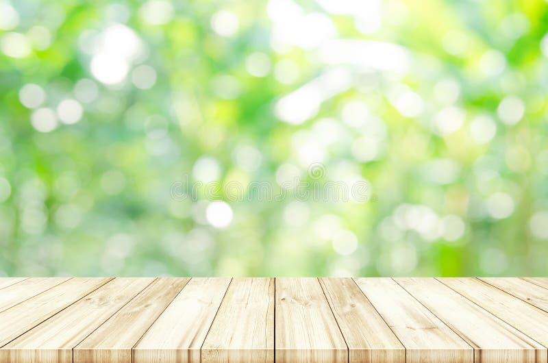 Tampo da mesa de madeira vazio com fundo abstrato natural borrado imagem de stock royalty free