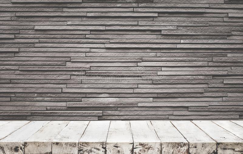 Tampo da mesa de madeira vazio com parede de tijolo fotos de stock royalty free