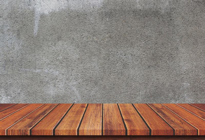 Tampo da mesa de madeira vazio no fundo concreto fotos de stock royalty free