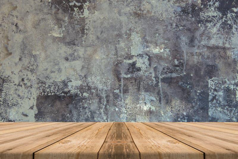 Tampo da mesa de madeira vazio no muro de cimento - pode ser usado para o displa imagens de stock royalty free