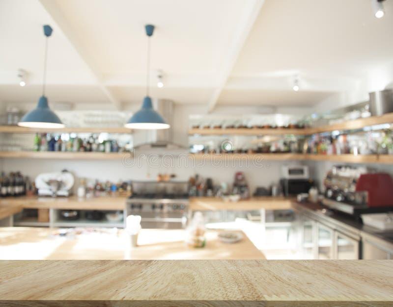 Tampo da mesa da madeira de carvalho para a exposição do produto com restaurante c do borrão foto de stock