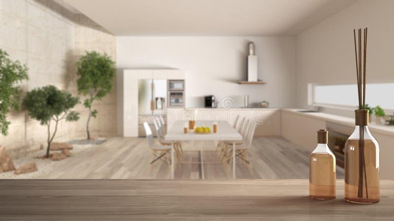 Tampo da mesa ou prateleira de madeira com as garrafas aromáticas das varas sobre a cozinha moderna borrada com jardim, design de fotos de stock royalty free