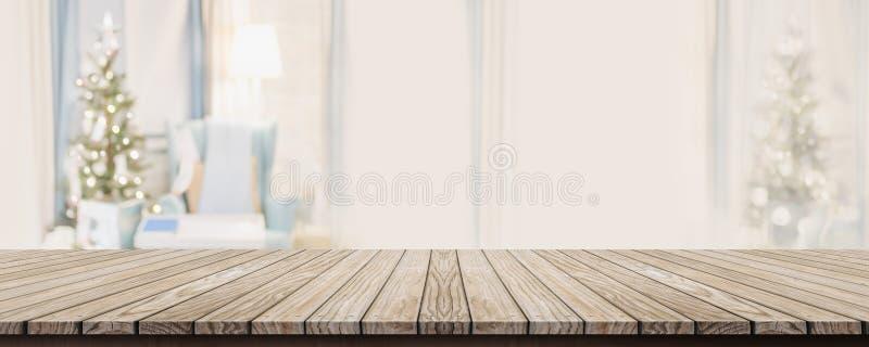 Tampo da mesa vazio da prancha do wold com a decora??o morna abstrata da sala de visitas com fundo do borr?o da ?rvore de Natal c fotos de stock royalty free