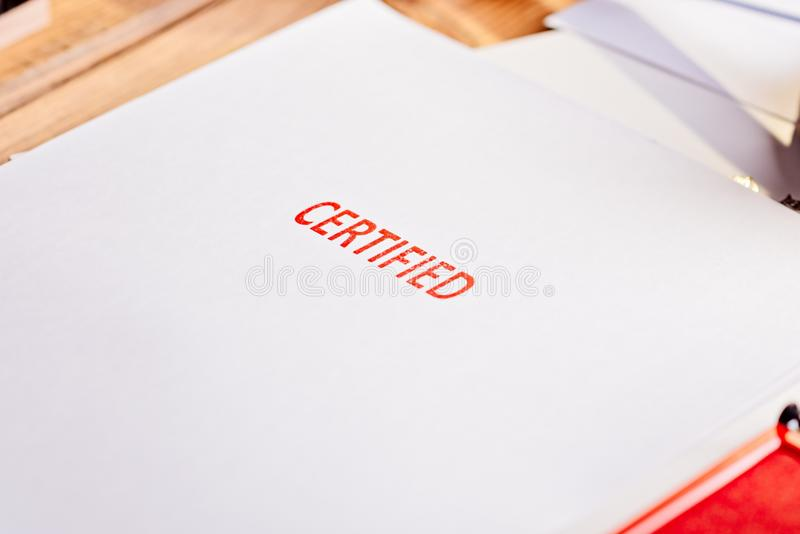 Tampon en caoutchouc certifié par rouge image stock