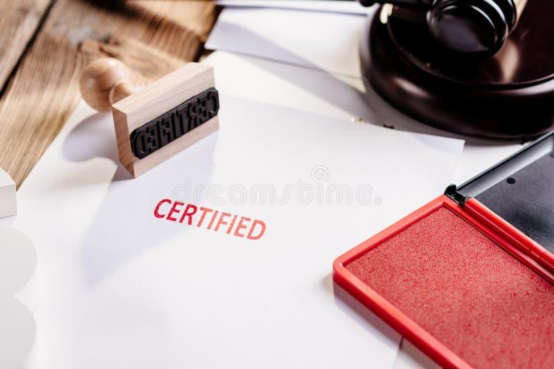 Tampon en caoutchouc certifié par rouge photos stock