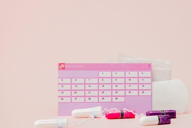 Tampon, protections f?minines et sanitaires pendant des jours critiques, calendrier f?minin, pilules de douleur pendant les r?gle photo libre de droits