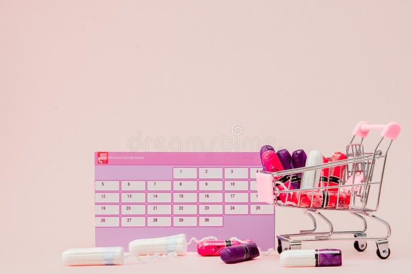 Tampon, protections f?minines et sanitaires pendant des jours critiques, calendrier f?minin, pilules de douleur pendant les r?gle photographie stock