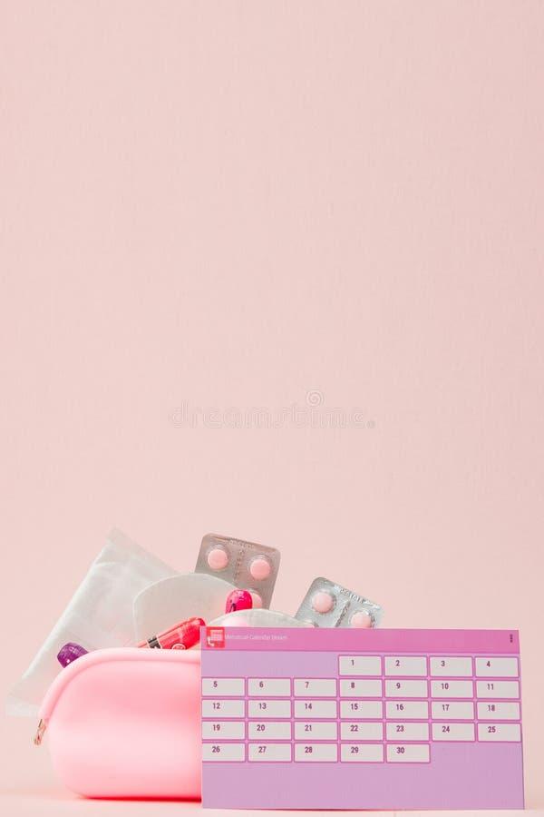 Tampon, protections f?minines et sanitaires pendant des jours critiques, calendrier f?minin, pilules de douleur pendant les r?gle image stock
