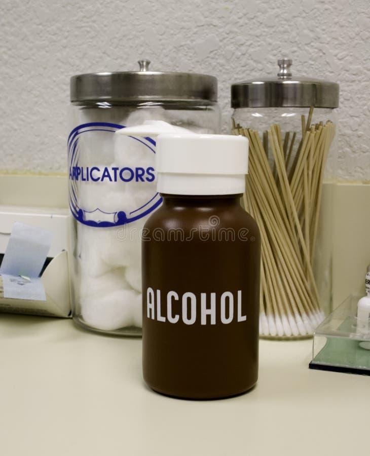 Tamponi, cotone ed alcool immagini stock