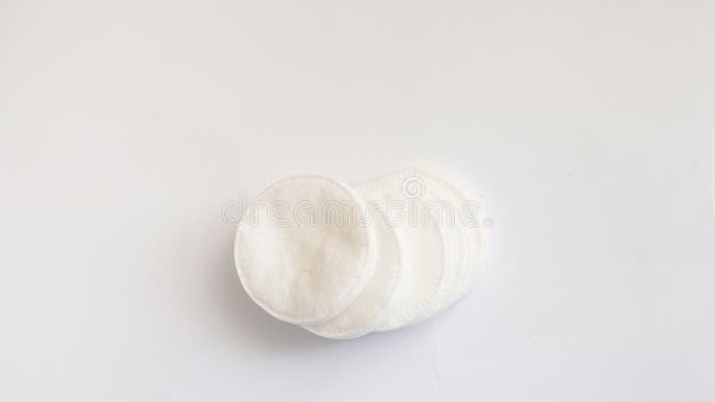 Tampons de coton d'isolement sur un fond blanc Disques de coton image libre de droits