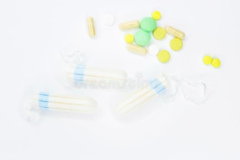 Tampons en pillen op een witte achtergrond stock afbeeldingen