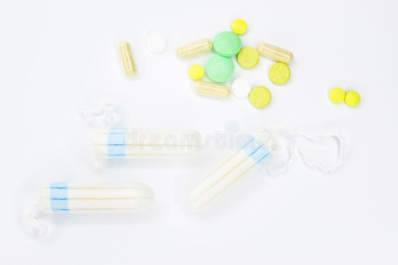 Tampons en pillen op een witte achtergrond stock foto