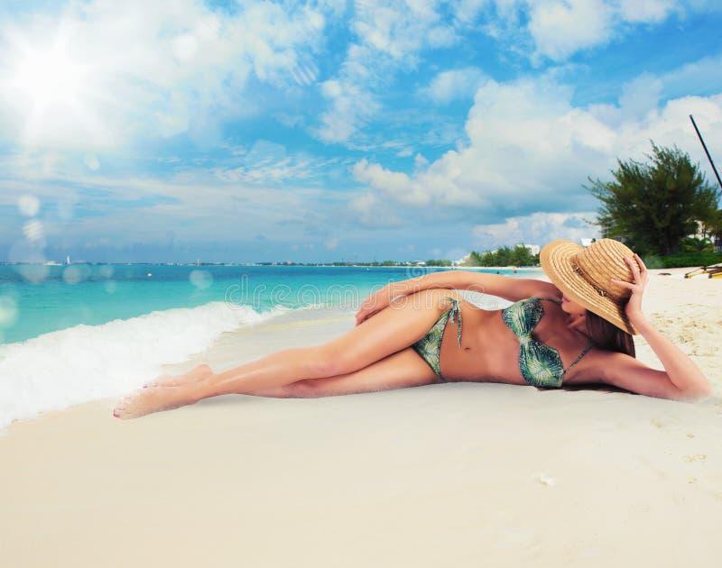Tan в тропическом пляже стоковое фото rf