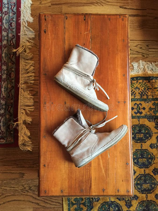 Tan Ankle Boot Moccasins på gammal bröstkorg arkivfoton