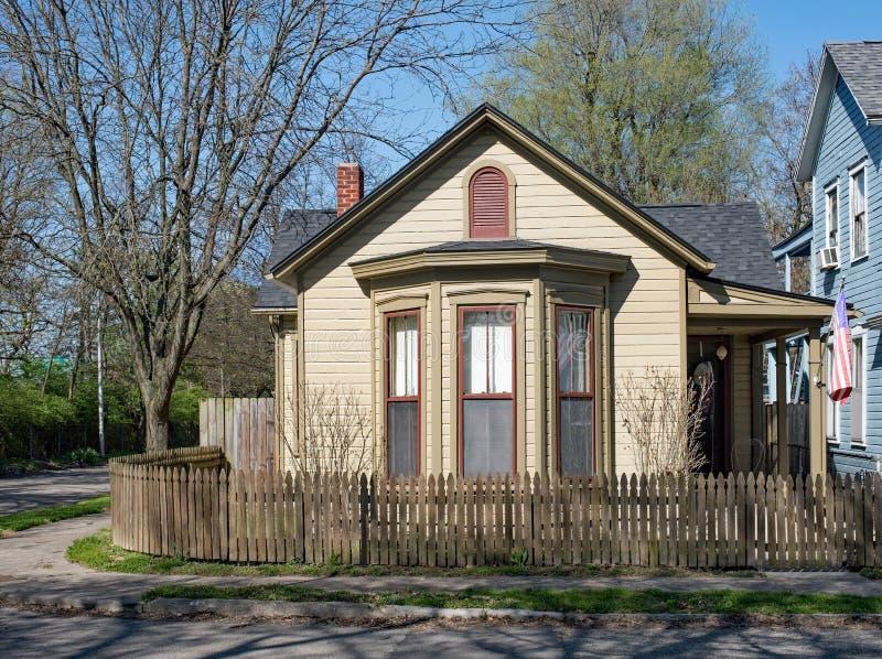 Tan Corner Cottage con la chiusura di legno naturale fotografia stock libera da diritti
