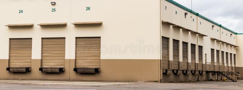 Tan en bruine van de de pakhuis industriële bouw en garage deuren stock fotografie