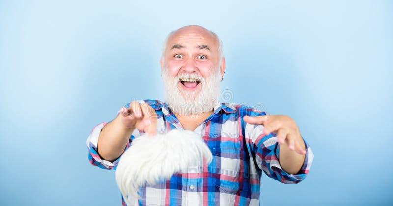 Tan individual como usted sea abuelo en el retiro Cuidado m?dico granpa viejo feliz hombre barbudo maduro en la peluca blanca fotografía de archivo libre de regalías