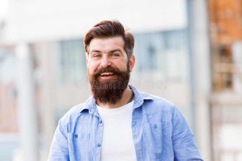 Tan individual como usted sea hispter feliz al aire libre Hombre brutal confiado y hermoso Cuidado del pelo y de la barba Peluque foto de archivo