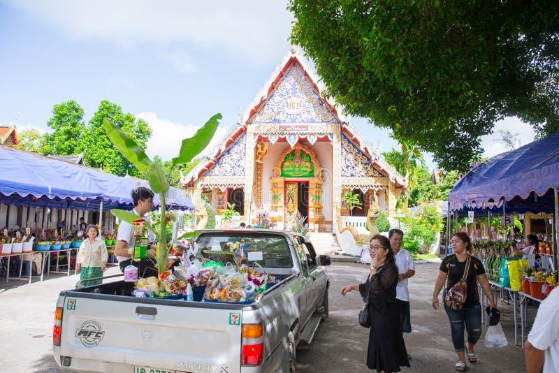 Tan Kuay Salak-Festival- Noordelijk Thais ritueel dat de mensen levensmiddel en kostbaarheden aan de tempel en de monniken zullen stock foto's