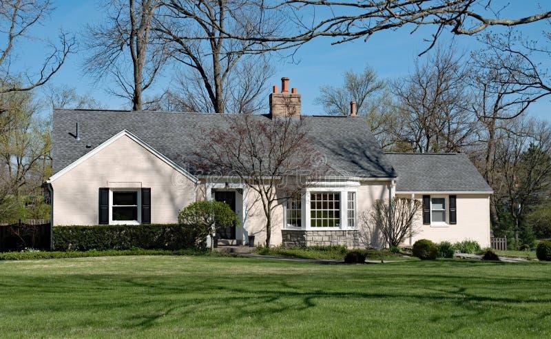 Tan Painted Brick House med fjärdfönstret royaltyfri bild