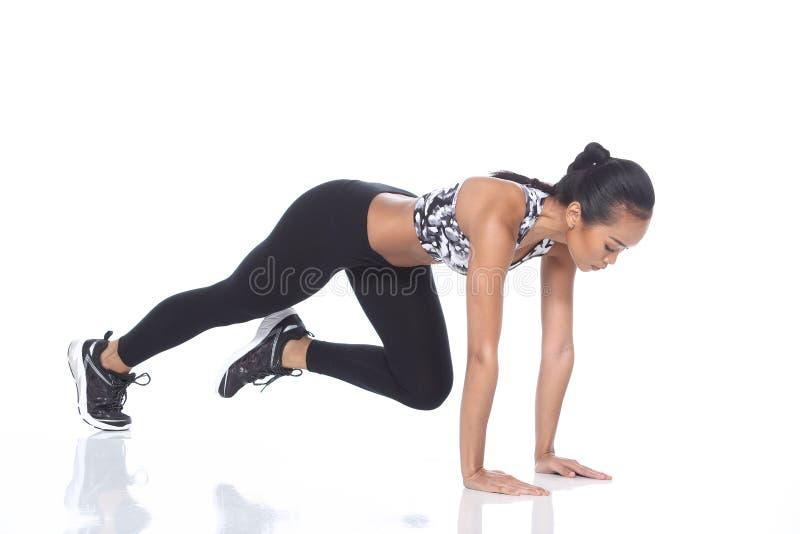 Tan Skin Asian Fitness Girl dans le spandex de noir de soutien-gorge de sport halète Exe images libres de droits