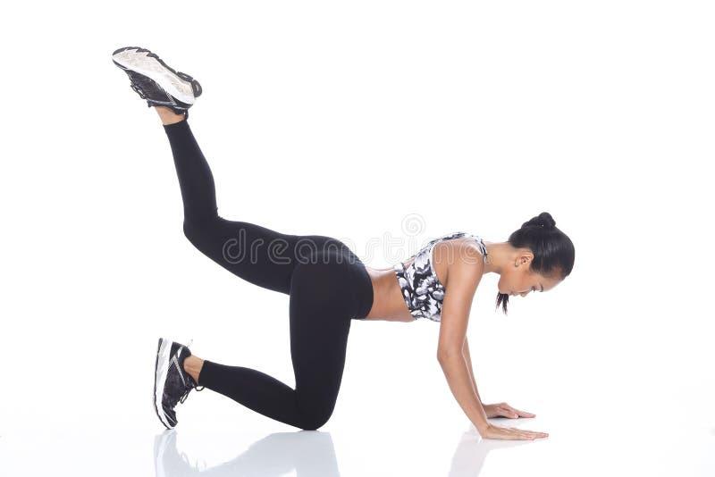 Tan Skin Asian Fitness Girl dans le spandex de noir de soutien-gorge de sport halète Exe photos stock