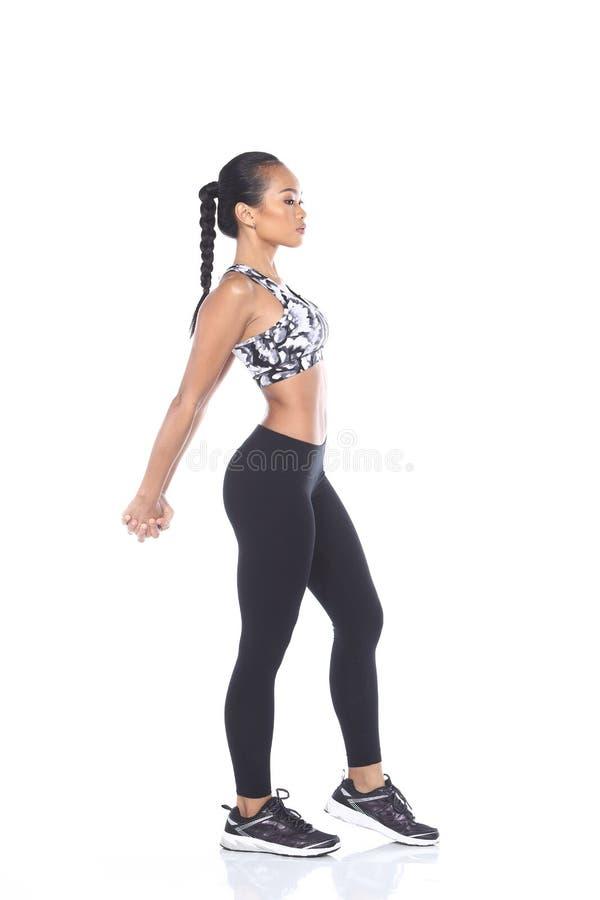 Tan Skin Asian Fitness Girl dans le spandex de noir de soutien-gorge de sport halète Exe photos libres de droits
