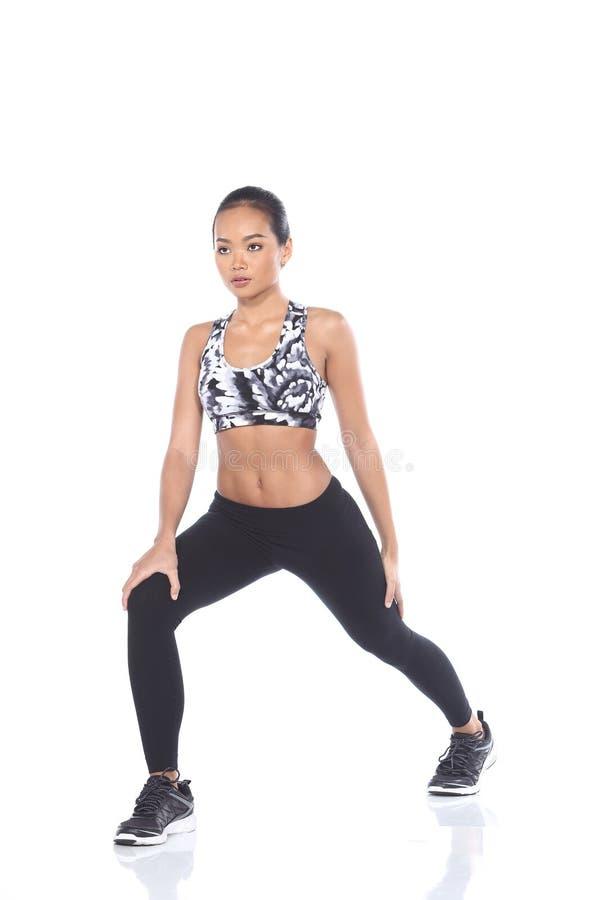 Tan Skin Asian Fitness Girl i spandex för sportbehåsvart flåsar Exe royaltyfri fotografi