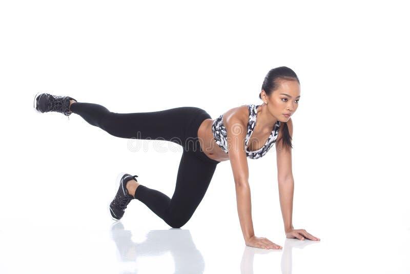 Tan Skin Asian Fitness Girl i spandex för sportbehåsvart flåsar Exe fotografering för bildbyråer