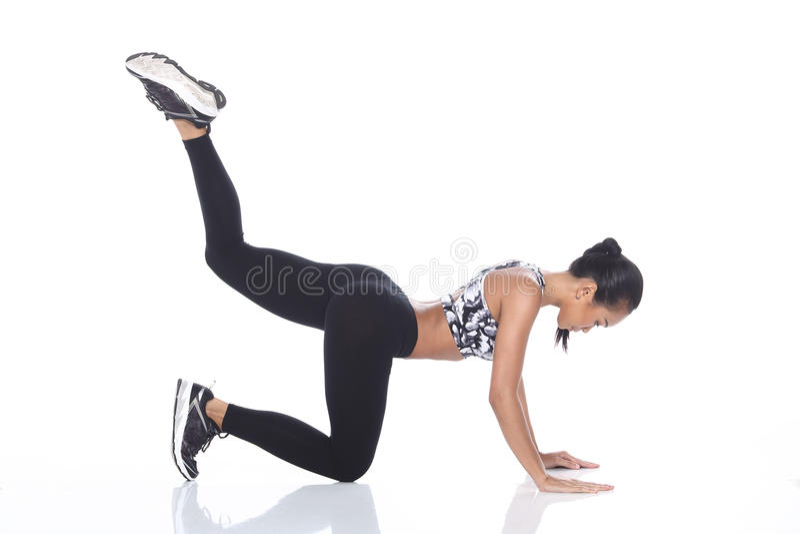 Tan Skin Asian Fitness Girl i spandex för sportbehåsvart flåsar Exe arkivfoton