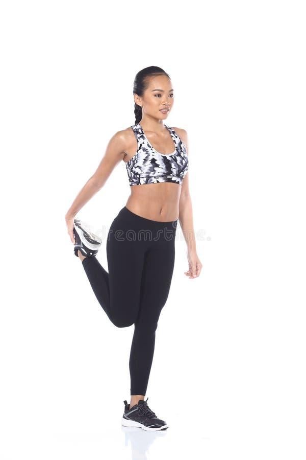 Tan Skin Asian Fitness Girl i spandex för sportbehåsvart flåsar Exe arkivfoto