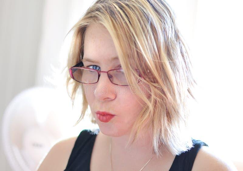 ¡Tan travieso! Mujer joven enfadada de la cara enojada del primer imágenes de archivo libres de regalías