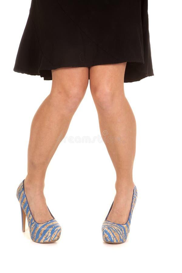 Tan van vrouwenbenen blauwe gerichte schoenentenen royalty-vrije stock afbeelding