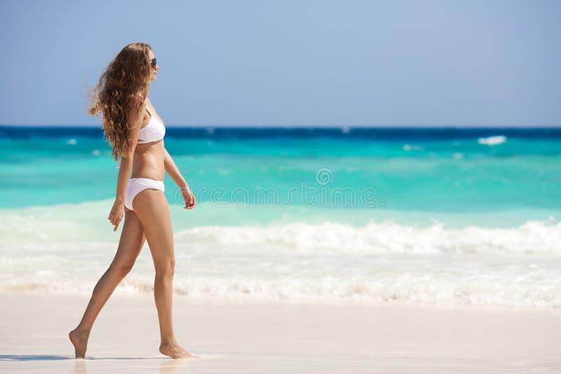Tan Woman At Tropical Beach de bronce fotografía de archivo