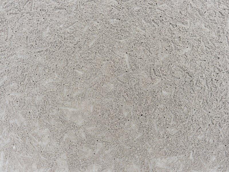 Tana o foro con le palle o le palline del sedimento fatte dalla sabbia in cui l'alimento si è digerito dal granchio della sabbia  immagine stock