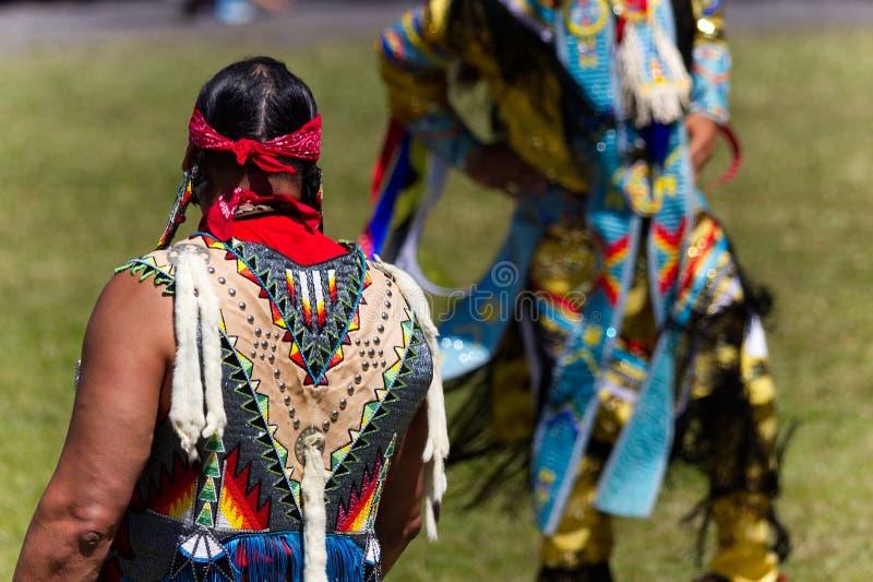 Tana sędzia patrzeje mężczyzna tancerza przy 2017 Kahnawake Pow no! no! fotografia royalty free