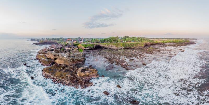 Tanah lott - tempel i havet bali indonesia Foto från surrpanoraman, baner, långt format royaltyfria foton