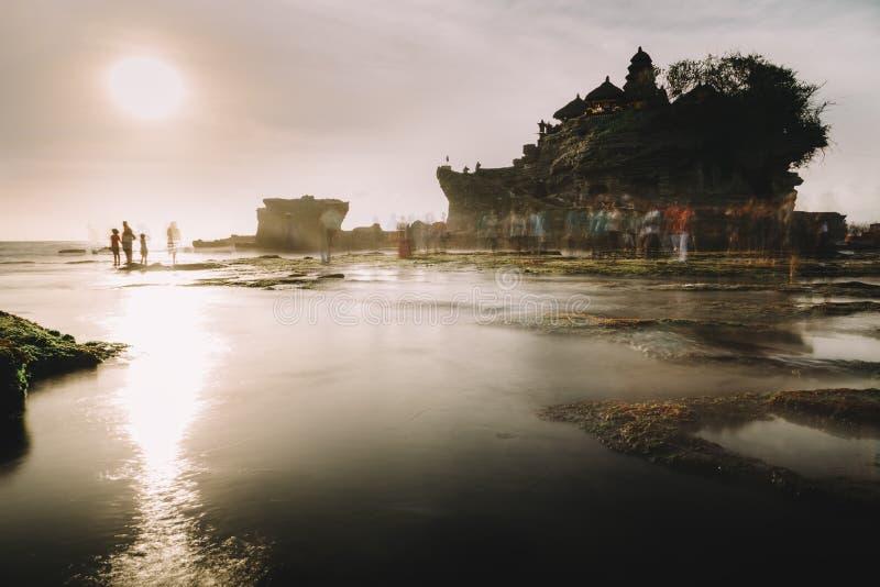 Tanah lotttempel i Bali, Indonesien på solnedgången royaltyfria bilder