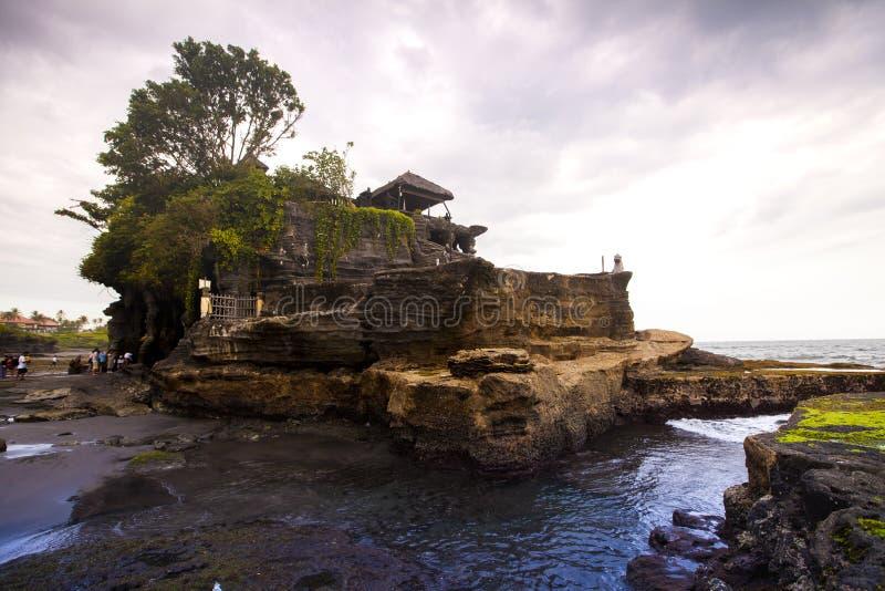Tanah lotttempel på havet i Bali arkivbild