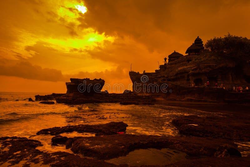 Tanah lotttempel på havet i den Bali ön Indonesien royaltyfri bild