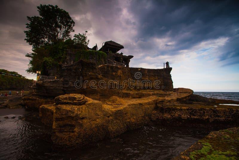 Tanah lotttempel på havet i den Bali ön Indonesien arkivbild