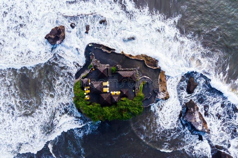 Tanah udział - świątynia w oceanie bali piękny Indonesia wyspy kuta mężczyzna bieg kształta zmierzchu miasteczko widoczny Odgórny zdjęcia royalty free