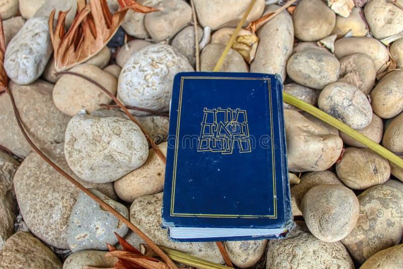 """Tanakh ou bible hébraïque Torah, naevus """"im, Ketuvim sur les pierres naturelles en Israël photos libres de droits"""