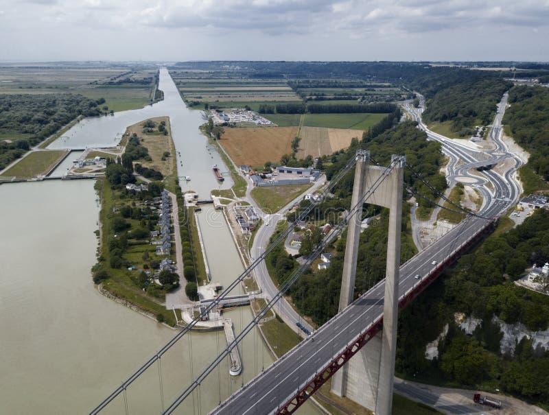 Tancarville bro med kanal- och huvudvägsikt arkivbilder