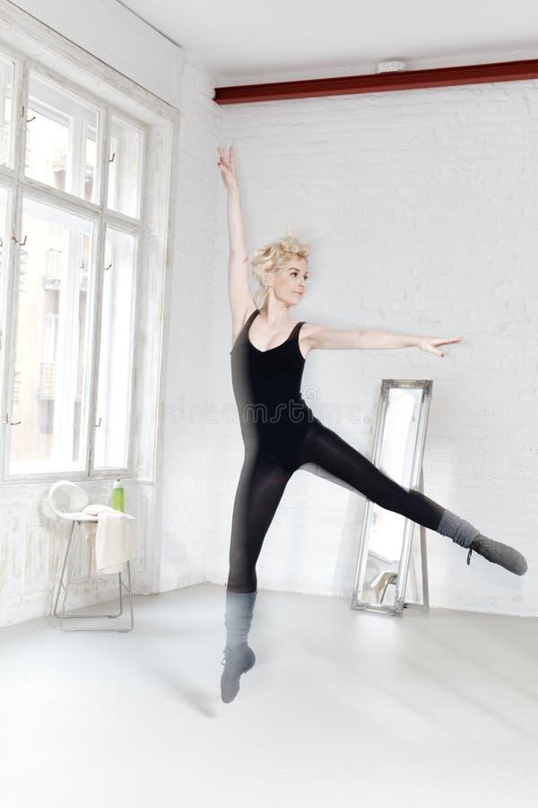 Tancerz ćwiczy w baletniczym studiu zdjęcia stock