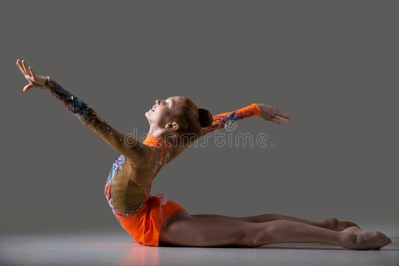 Tancerz dziewczyna robi backbend gimnastyk ćwiczeniu obrazy royalty free
