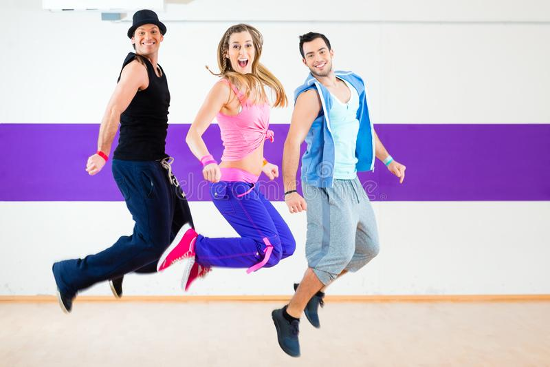 Tancerz przy Zumba sprawności fizycznej szkoleniem w tana studiu zdjęcie stock