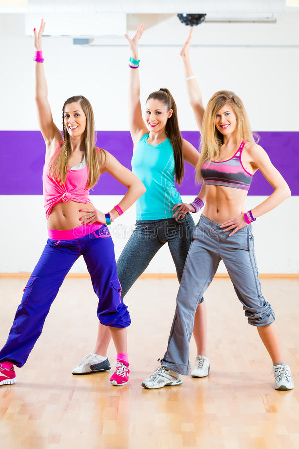 Tancerz przy Zumba sprawności fizycznej szkoleniem w tana studiu obrazy royalty free