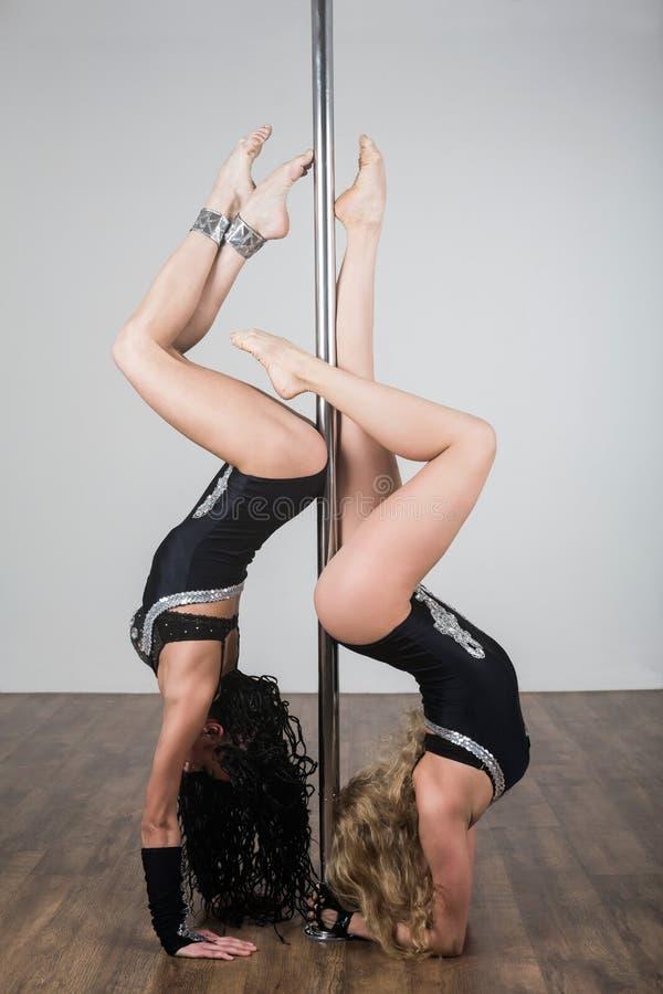 Tancerz robi akrobatycznym sztuczkom z słupem obrazy stock