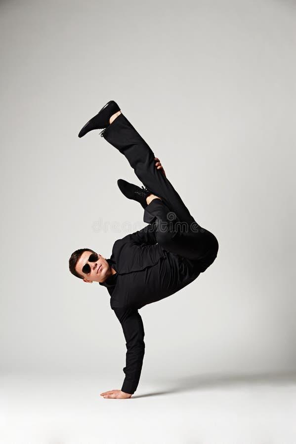 Tancerz W Formalnej Odzieży Pozyci W Mrozie Zdjęcia Royalty Free